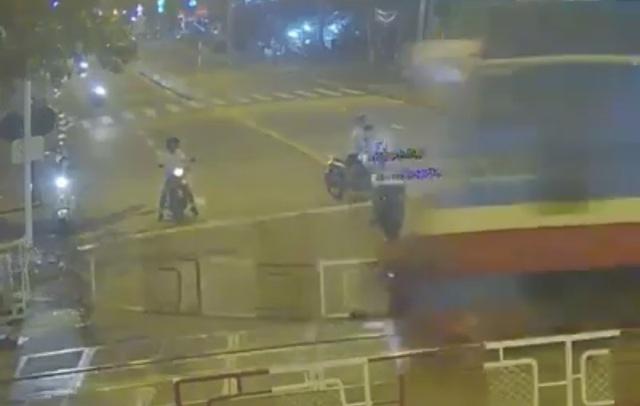 Kinh hoàng giây phút người đi xe máy lao vào đoàn tàu - 1