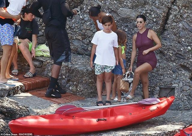 Ngưỡng mộ dáng săn chắc của Kourtney Kardashian - 9