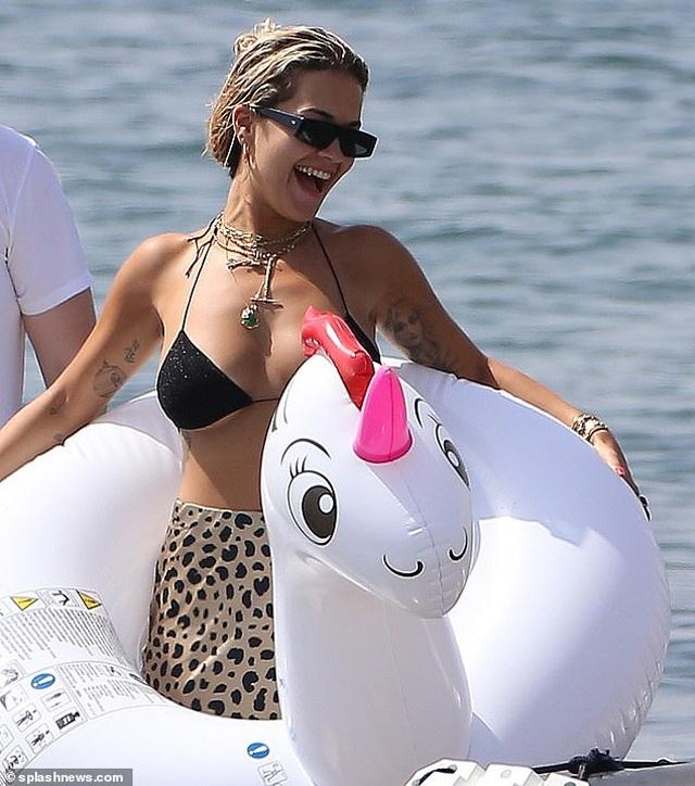 Rita Ora khoe ngực đầy trong kỳ nghỉ hè - 9