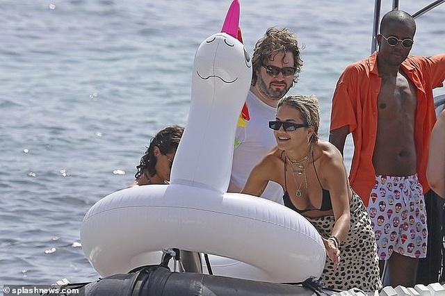 Rita Ora khoe ngực đầy trong kỳ nghỉ hè - 10