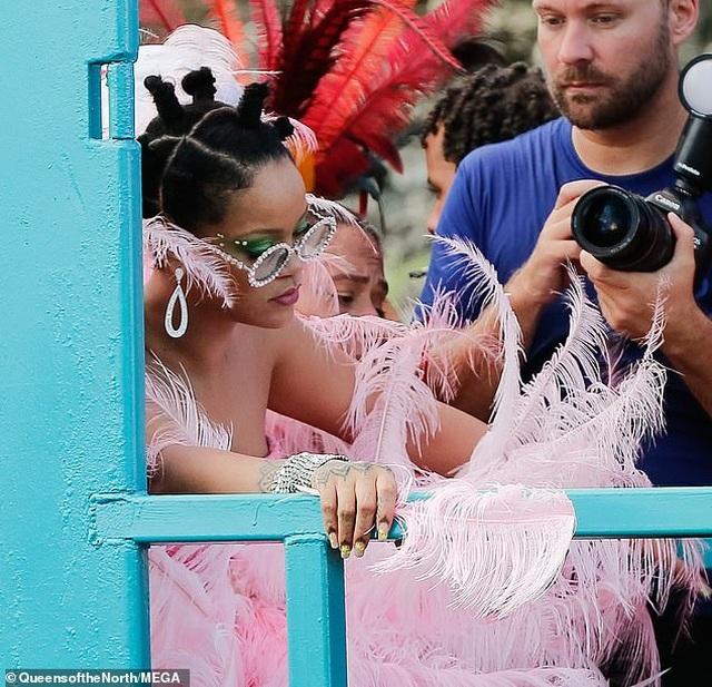 Rihanna hạnh phúc trong vòng vây của người hâm mộ - 10