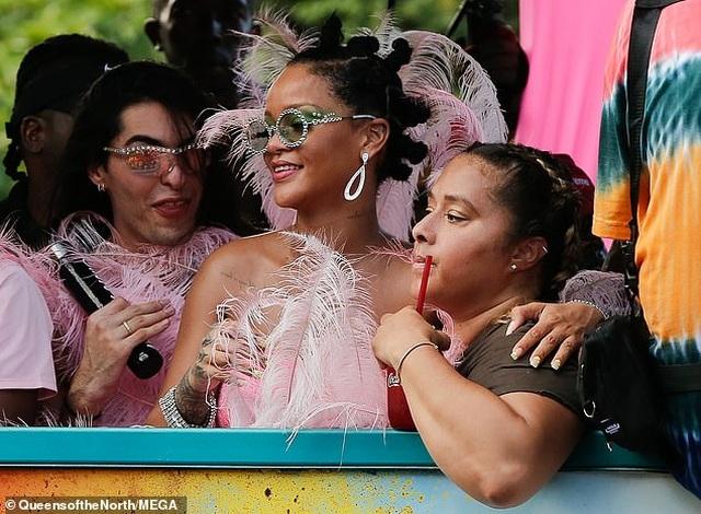 Rihanna hạnh phúc trong vòng vây của người hâm mộ - 12