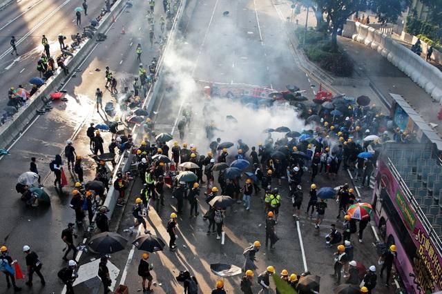 """""""Hong Kong đối mặt cuộc khủng hoảng lớn nhất từ khi được trao trả"""" - 1"""