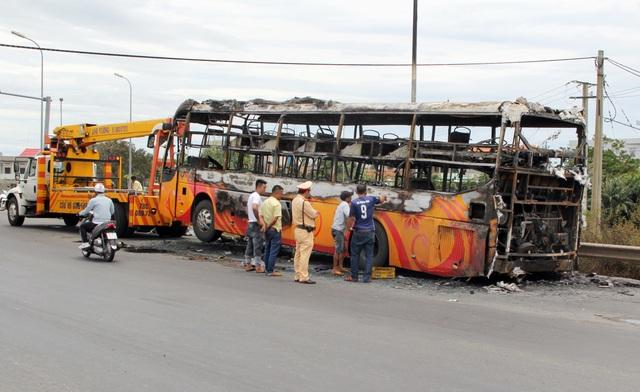 Xe khách cháy trơ khung, 40 hành khách được sơ tán kịp thời - 1