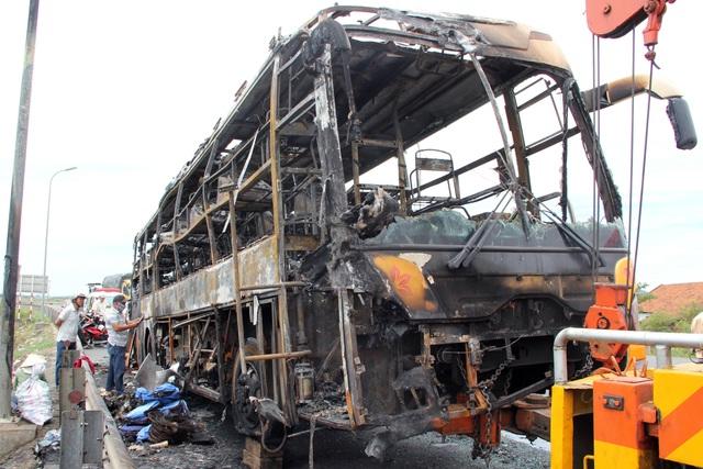 Xe khách cháy trơ khung, 40 hành khách được sơ tán kịp thời - 2