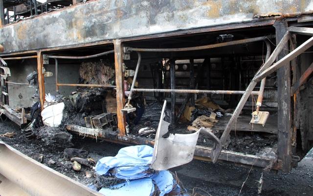 Xe khách cháy trơ khung, 40 hành khách được sơ tán kịp thời - 3