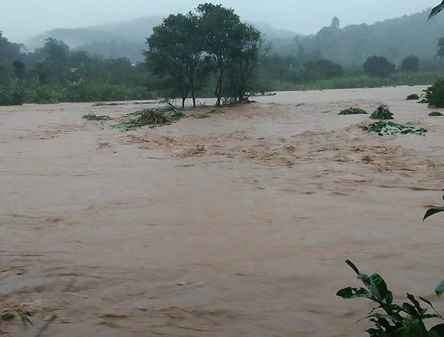 Nước lũ tràn về, 20 hộ dân vẫn đang bị cô lập - 1