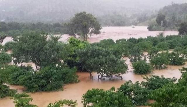 Nước lũ tràn về, 20 hộ dân vẫn đang bị cô lập - 3