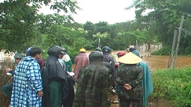 Nước lũ tràn về, 20 hộ dân vẫn đang bị cô lập - 4