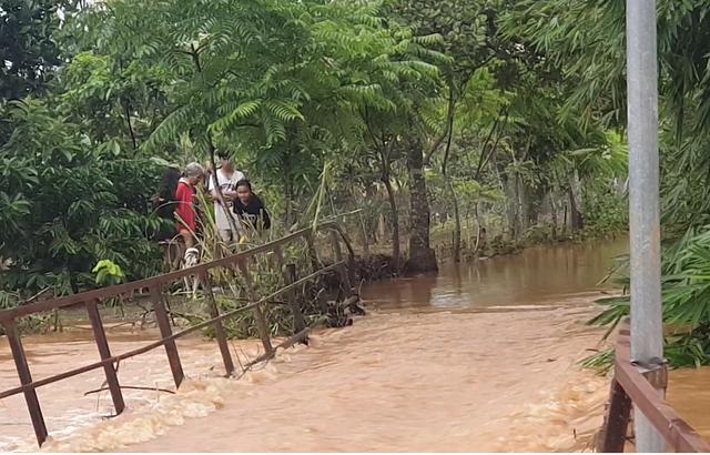 Nước lũ tràn về, 20 hộ dân vẫn đang bị cô lập - 5