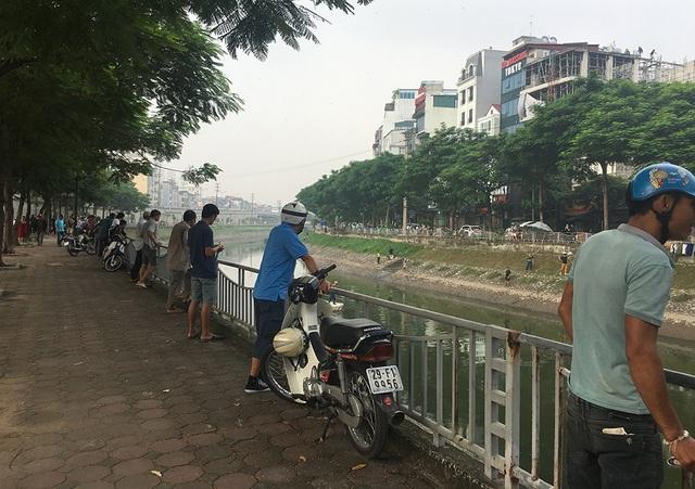 Dân câu kiếm cá sông Tô Lịch dễ như đi chơi - 1