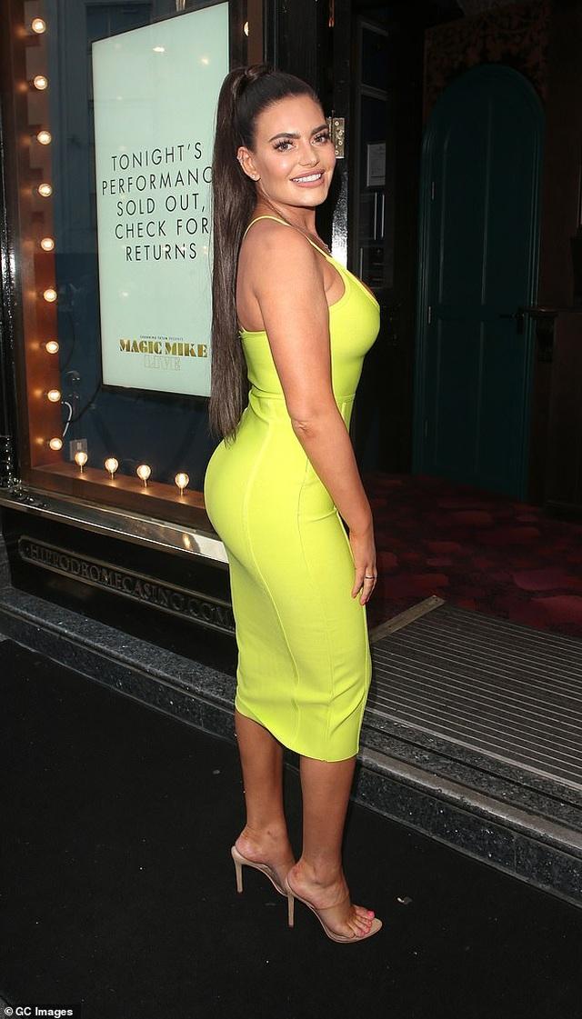 Megan Barton diện váy ôm sát khoe ngực căng tràn - 8
