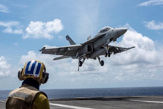 Chiến đấu cơ diễn tập trên tàu sân bay Mỹ ở Biển Đông - 5