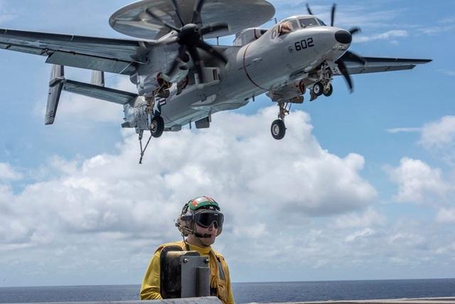 Chiến đấu cơ diễn tập trên tàu sân bay Mỹ ở Biển Đông - 11