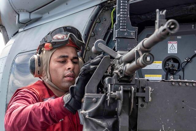 Chiến đấu cơ diễn tập trên tàu sân bay Mỹ ở Biển Đông - 9