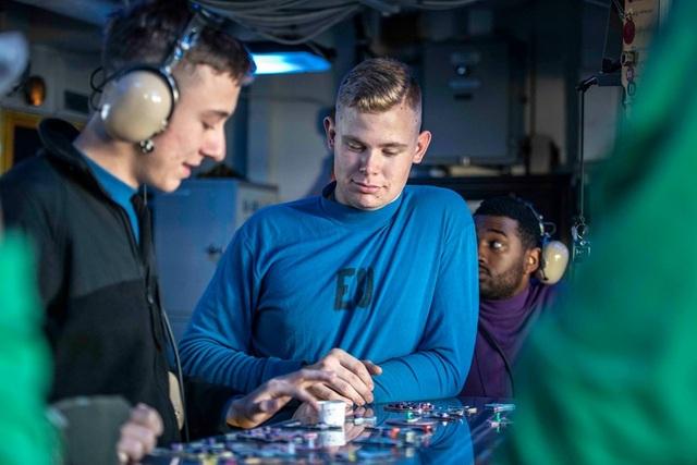 Chiến đấu cơ diễn tập trên tàu sân bay Mỹ ở Biển Đông - 13