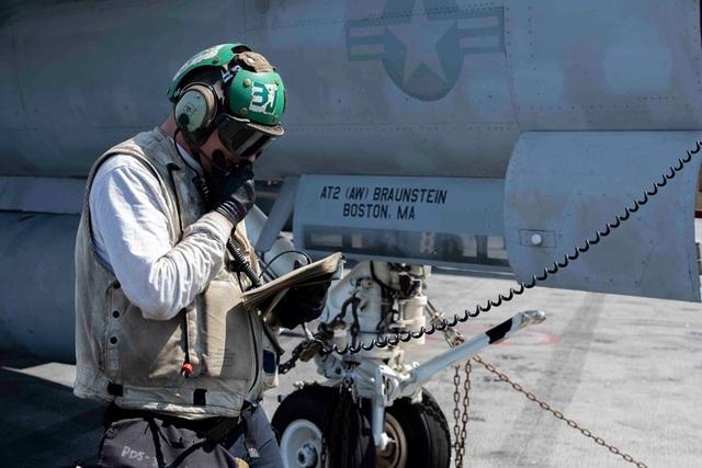 Chiến đấu cơ diễn tập trên tàu sân bay Mỹ ở Biển Đông - 10