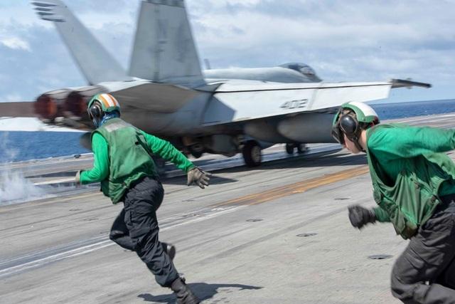 Chiến đấu cơ diễn tập trên tàu sân bay Mỹ ở Biển Đông - 6