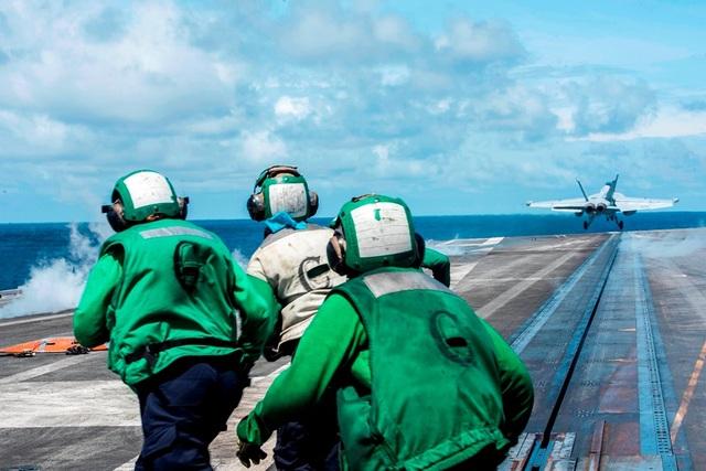 Chiến đấu cơ diễn tập trên tàu sân bay Mỹ ở Biển Đông - 4
