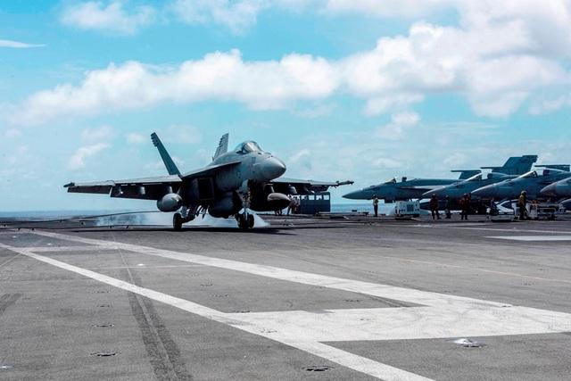 Chiến đấu cơ diễn tập trên tàu sân bay Mỹ ở Biển Đông - 2