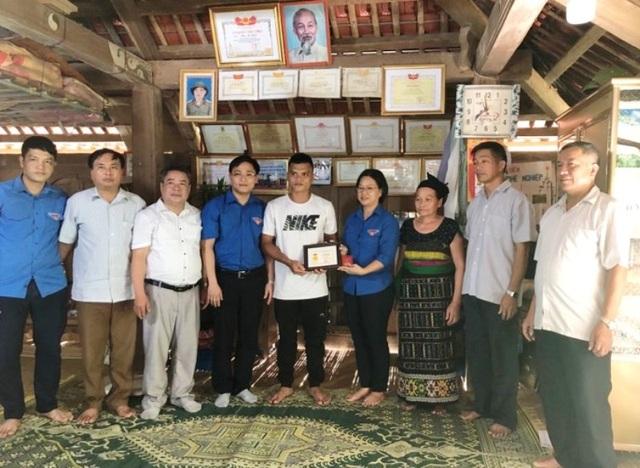 """Trao tặng huy hiệu Tuổi trẻ dũng cảm cho """"người hùng trong lũ"""" Phạm Bá Huy - 1"""