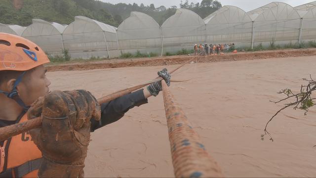 Công an đu dây cáp giải cứu 41 người mắc kẹt trong vùng lũ nguy hiểm - 4