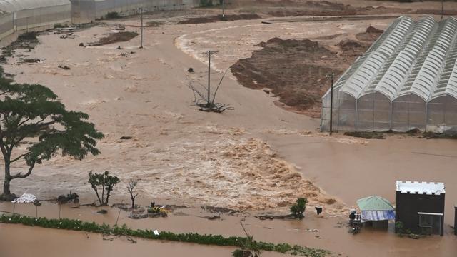 Công an đu dây cáp giải cứu 41 người mắc kẹt trong vùng lũ nguy hiểm - 2