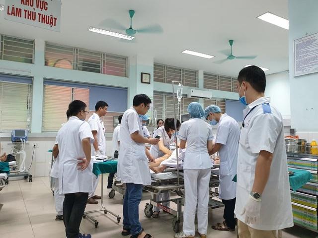 Sập giàn giáo công trình cây xăng, 7 người bị thương - 1