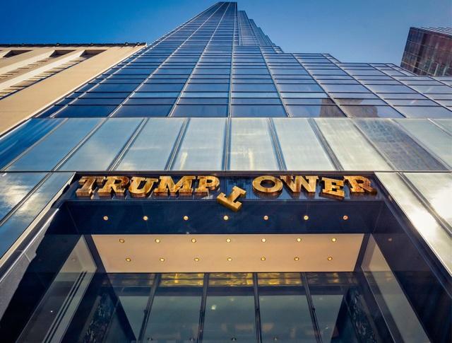 Trump Tower là một tòa nhà chọc trời tại Đại lộ số 5, con đường biểu tượng của New York