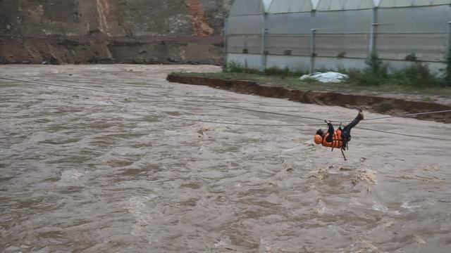 Công an đu dây cáp giải cứu 41 người mắc kẹt trong vùng lũ nguy hiểm - 6