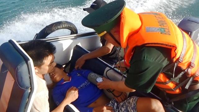 Ứng cứu kịp thời ngư dân bị đột quỵ khi đang đánh bắt trên biển - 2