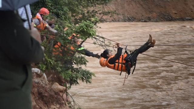 Công an đu dây cáp giải cứu 41 người mắc kẹt trong vùng lũ nguy hiểm - 1