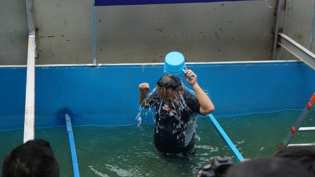 Xem chuyên gia Nhật Bản rửa mặt, tắm bằng nước sông Tô Lịch - 4