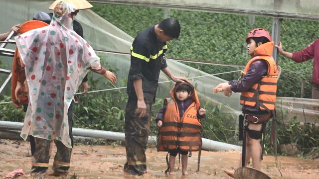 Công an đu dây cáp giải cứu 41 người mắc kẹt trong vùng lũ nguy hiểm - 8