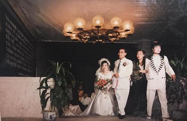 """Đám cưới đại gia thập niên 90: Cô dâu thay 4 bộ váy, rước dâu bằng dàn """"siêu xe"""" - 1"""