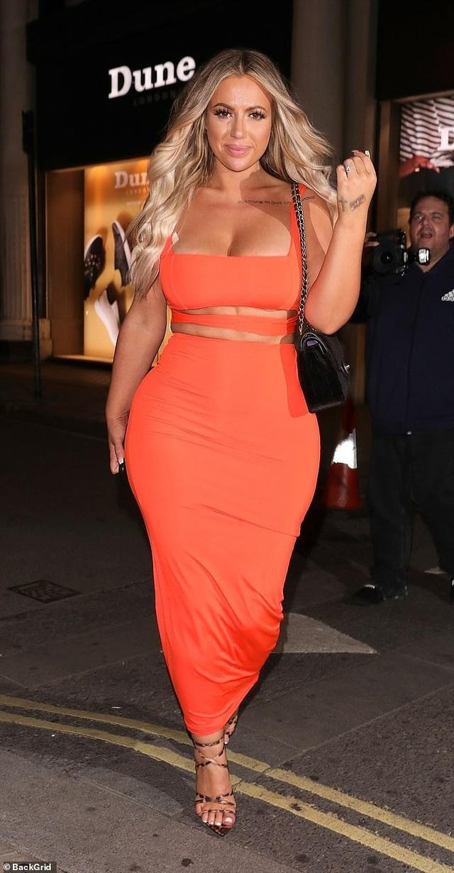 Holly Hagan bốc lửa với váy màu cam - 4