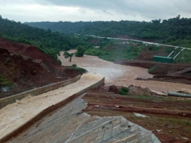 Di dời khẩn cấp hàng trăm hộ dân vì nguy cơ vỡ đập hồ thủy điện - 2