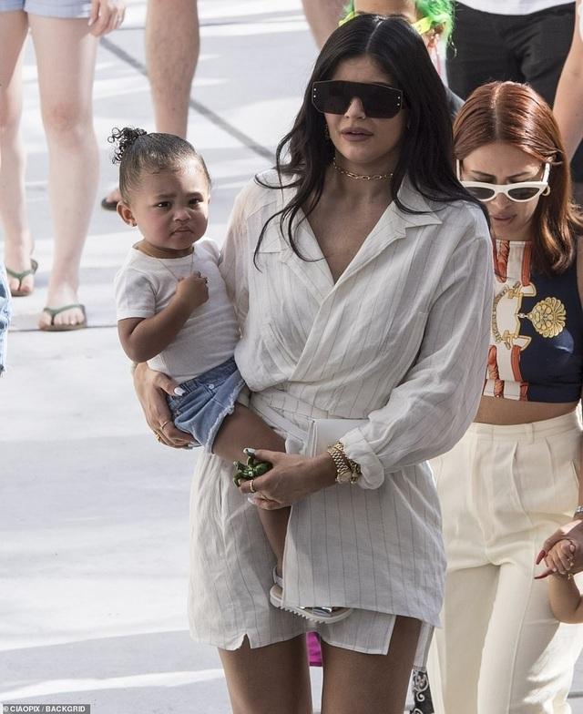 Kylie Jenner sành điệu bế con đi chơi ở Ý - 1