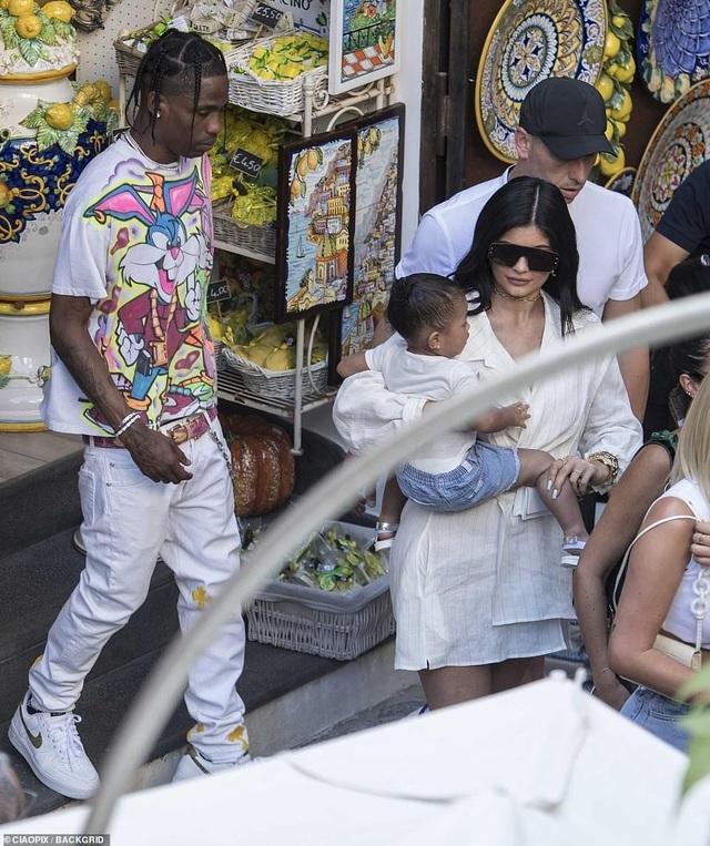 Kylie Jenner sành điệu bế con đi chơi ở Ý - 3