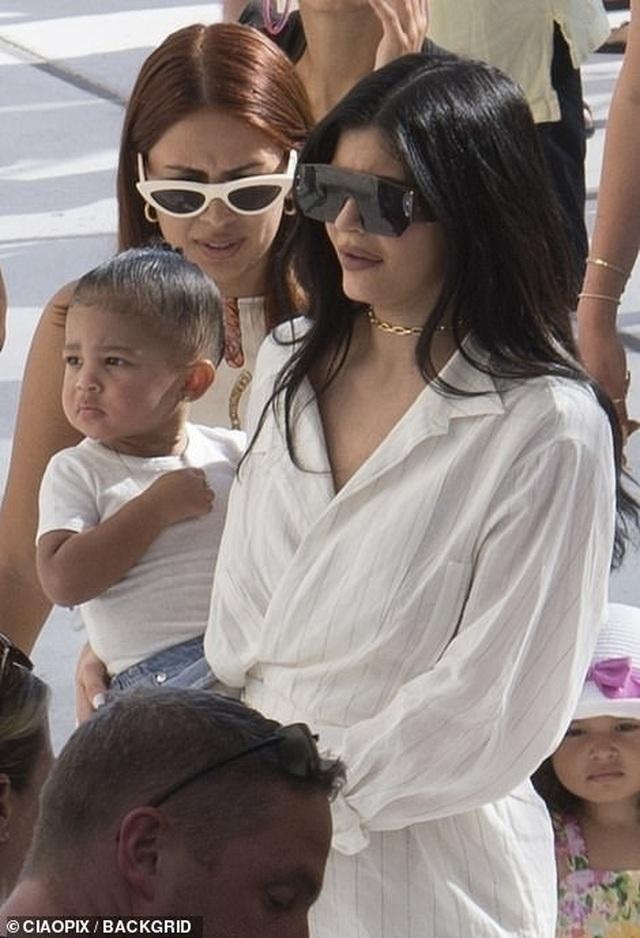 Kylie Jenner sành điệu bế con đi chơi ở Ý - 4