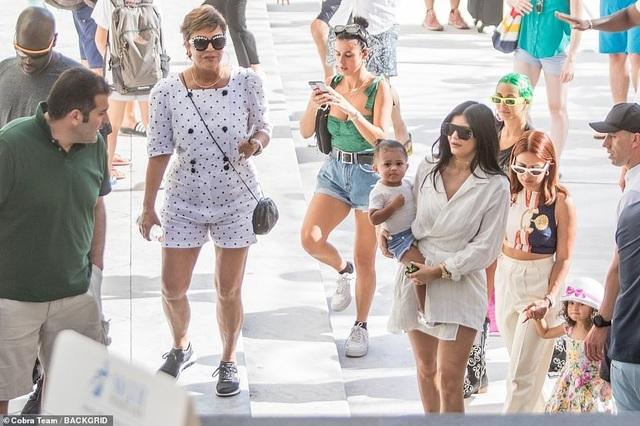 Kylie Jenner sành điệu bế con đi chơi ở Ý - 7