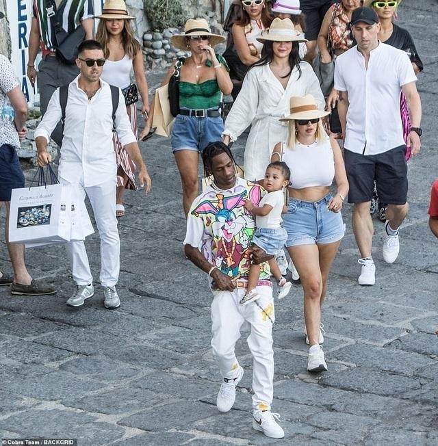 Kylie Jenner sành điệu bế con đi chơi ở Ý - 8