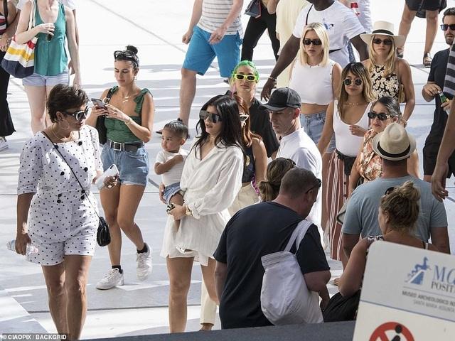 Kylie Jenner sành điệu bế con đi chơi ở Ý - 9