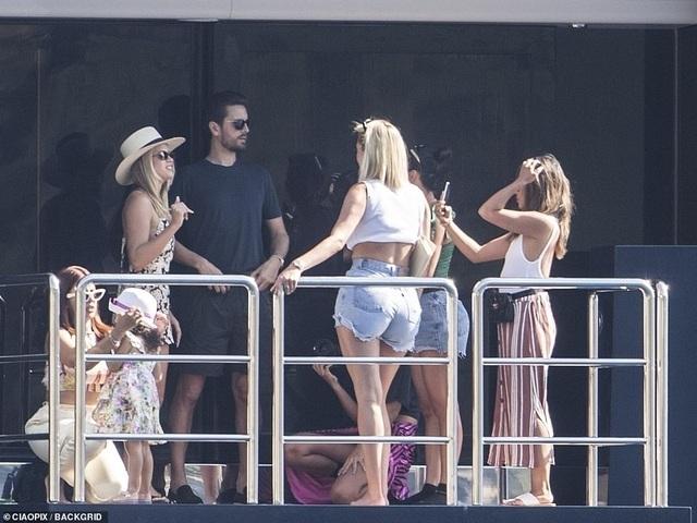Kylie Jenner sành điệu bế con đi chơi ở Ý - 10