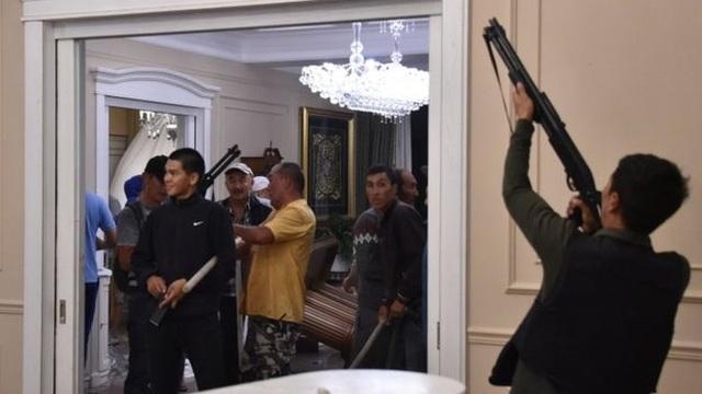 Đặc nhiệm mang đạn cao su đột kích nhà cựu Tổng thống Kyrgyzstan, bị chống trả bằng đạn thật - 2