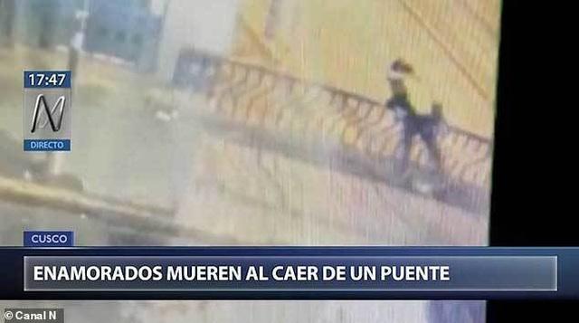 Video mải hôn nhau, đôi trai gái rơi từ trên cầu xuống đất - 2
