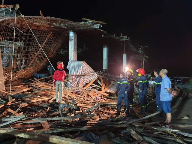 Sập giàn giáo công trình cây xăng, 7 người bị thương - 3