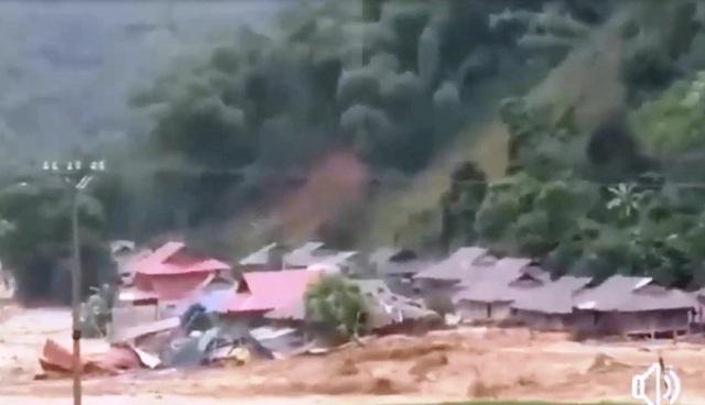 Nhìn lại cảnh tượng cơn lũ kinh hoàng xô đổ hàng chục ngôi nhà, cuốn trôi 14 người - 1