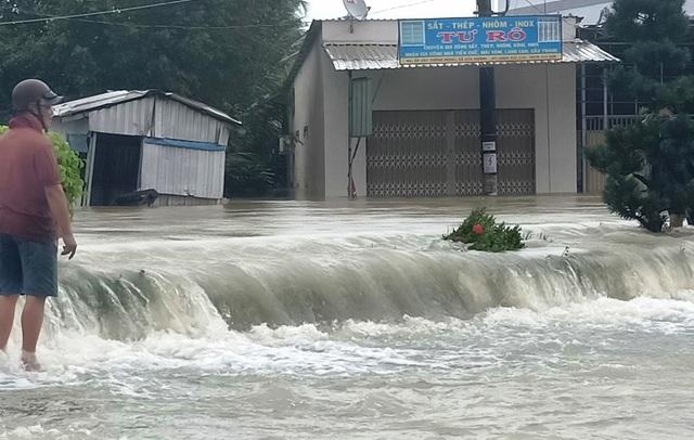 Phú Quốc lũ dâng cao ngang đầu người, huy động 1.000 quân cứu dân - 10