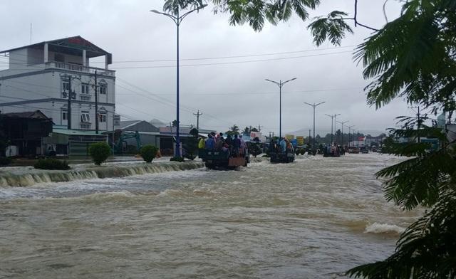 Phú Quốc lũ dâng cao ngang đầu người, huy động 1.000 quân cứu dân - 1